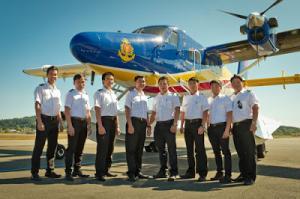 Виетнамските пилоти след приключване на курса в Канада на 10 юли 2013