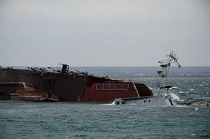 Выход из Донузлава остается закрыт затопленными кораблями, крейсер Москва стоит на рейде (собкор)