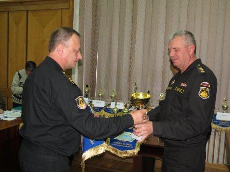 Командующий ЧФ Александр Витко (справа) вручает призы командиру Дивизии надводных кораблей ЧФ Олегу Криворогу