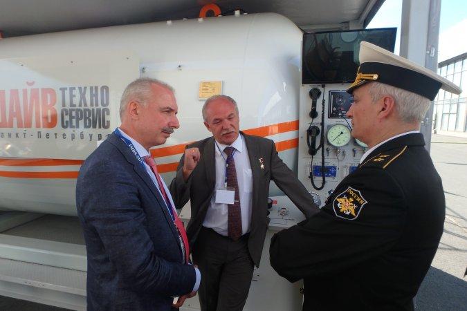 Представители ВМФ России осматривают барокамеру РБК-2200